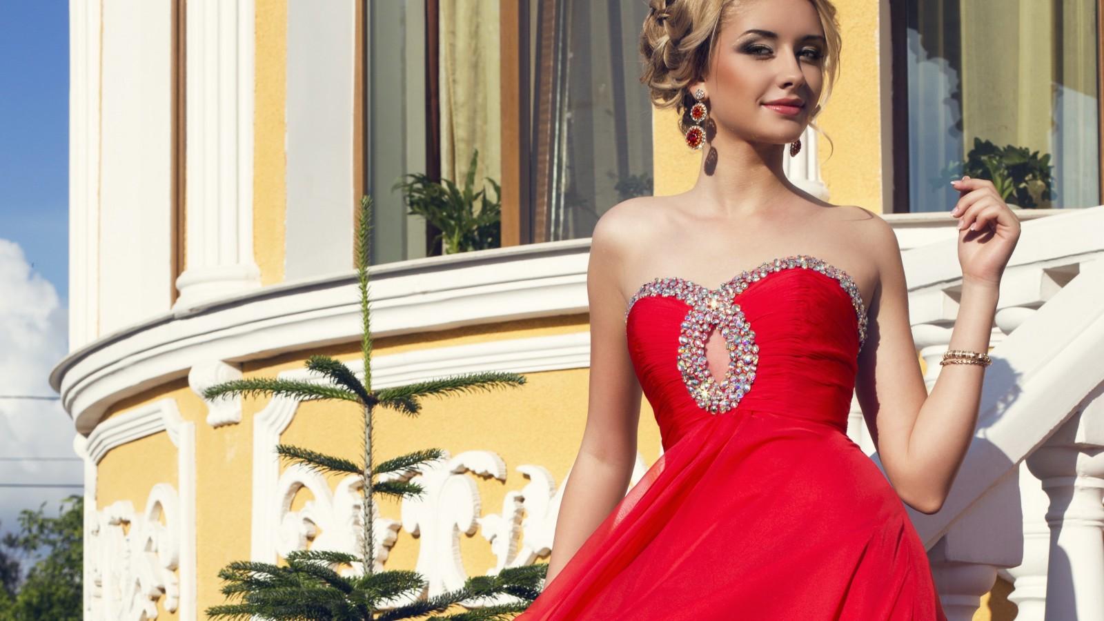 Красивая блондинка в красном платье 86