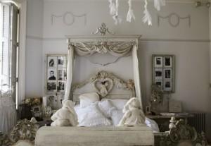 Винтажный-дизайн-спальни-в-светло-серых-тонах.