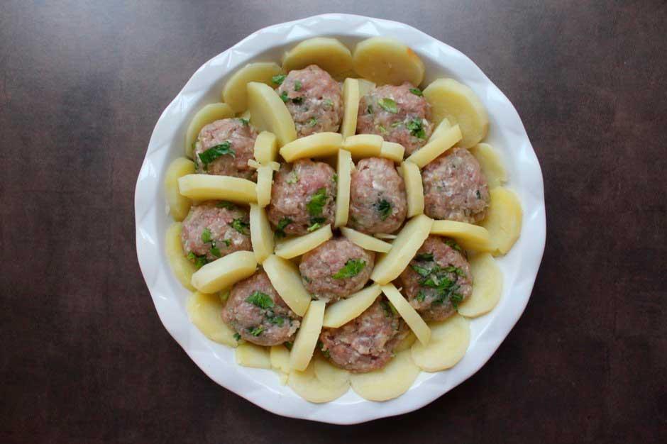 Запеченный картофель и тефтели из мяса индейки